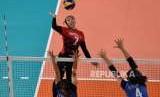 Atlet Bola Voli Indonesi  Amalia Nabila  melakukan smash  saat melawan tim bola voli Thailand  dalam kualifikasi  grup A bola Voli Putri  Asian Games di Volley Indor Senayan , Jakarta,  Senin (27/8).