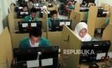 Sejumlah pelajar saat akan memulai Ujian Nasional Berbasis Komputer (UNBK) di Madrasah Tsanawiyah (MTs) Fatahillah, Jakarta. (ilustrasi)
