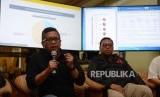 Sekretaris TKN Hasto Kristiyanto bersama Wakil Direktur Direktorat Saksi Tim Kampanye Nasional (TKN) Lukman Edi memaparkan penjelasan di War Room Real Count, Hotel Gran Melia, Kuningan, Jakarta, Ahad (17/4).