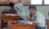 Sejumlah pelajar saat mengerjakan soal Ujian Nasional Berbasis Kertas dan Pensil (UNKP) di Sekolah Luar Biasa Negeri (SLBN) / Ilustrasi