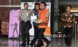 Tersangka kasus dugaan suap seleksi pengisian jabatan di Kementerian Agama Romahurmuziy usai menjalani pemeriksaan di Gedung KPK, Jakarta, Jumat (22/3).