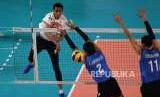 Atlet  Bola Voli Indonesia Rivan Nurmulki  melakukan smash  saat  melawan tim bola voli Thailand di  klasifikasi  1-12  Putra Asian Games    di   Volley Indor Senayan , Jakarta, Ahad (26/8).