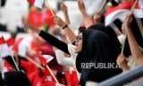 pendukung Bola Voli Indonesia berteriak saat Indonesia melawan tim bola voli Thailand dalam kualifikasi grup A bola Voli Putri Asian Games di Volley Indor Senayan , Jakarta, Senin (27/8).