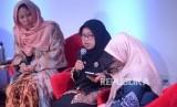Komisioner KPAI Rita Pranawati (tengah), Dosen Ilmu Politik UI Chusnul Mar'iyah (kiri) dan Ekonom Muda PP Nasyiatul Aisyiyah Elyusra Mualimin saat diskusi memperingati hari perempuan internasional di Jakarta, Jumat (9/3).