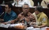 Ketua KPU Arief Budiman (tengah) berbincang dengan Staf Ahli Bidang Pemerintahan Kemendagri Suhajar Diantoro (kanan) saat mengikuti Rapat Dengar Pendapat (RDP) dengan Komisi II DPR di Kompleks Parlemen Senayan, Jakarta, Selasa (13/3).