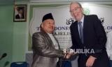 Ketua bidang Hubungan Luar Negeri MUI Muhyiddin Junaid bersalaman dengan Kuasa Usaha Ad Interim (KUAI) Kedutaan Besar Selandia Baru untuk Indonesia Roy Ferguson saat melakukan pertemuan di Kantor MUI, Jakarta, Jumat (22/3).