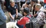 (Ilustrasi) Anggota Juru Sembelih Halal Indonesia (Juleha) menjelaskan cara menyembelih hewan qurban di Masjid Kampus UGM, Yogyakarta, Kamis (18/7/2019).