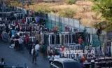 Pedagang Kaki Lima (PKL) berjualan ruas jalan di kawasan Pasar Senen, Jakarta.