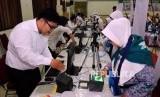 Sejumlah calon jamah haji kloter pertama melaksanakan perekaman biometrik di Asrama Haji Pondok Gede, Jakarta, Senin (16/7).