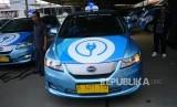 TAKSI LISTRIK. Awak armada e-Taxi Bluebird menggunakan mobil BYD e60 buatan Cina di Port Charging Bluebird di Jakarta, Senin (22/4).