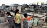 Kebakaran Permukiman Padat Penduduk. Warga mengais sisa barang pascakebakaran di permukiman padat Rawa Kepa, Tomang, Jakarta Barat, Senin (21/1/2019).
