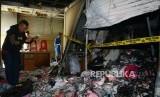 Pedagang melihat kios yang terdampak kebakaran di Pasar Tanah Abang Blok C, Jakarta, Senin (22/4).