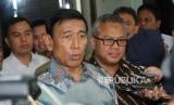 Menteri Koordinator Politik Hukum dan Keamanan Wiranto(kiri).
