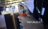 Kenaikan Cukai Vape. Pengunjung meneteskan cairan rokok elektrik (vape) di salah satu gerai penjualan vape, Jakarta, Senin (29/1).