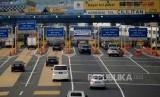 Sejumlah kendaraan melintasi gerbang tol Cililitan, Jakarta, Selasa (31/10).