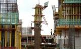 Anggaran Proyek Infrastruktur. Pekerja menyelesaikan proyek rumah susun di Jakarta, Kamis (23/11).