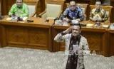 Calon pimpinan KPK, Irjen Firli Bahuri (kanan) memberikan hormat setelah mengambil tema makalah pada uji kelayakan dan kepatutan calon pimpinan KPK di Kompleks Parlemen, Senayan, Jakarta, Senin (9/9).