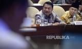 Kepala Staf Presiden Jenderal Purn Moeldoko bersama Kepala Unit Kerja Presiden Pembinaan Ideologi Pancasila (UKP PIP) Yudi Latief mengikuti rapat dengar pendapat dengan Komisi II DPR di Kompleks Parlemen, Senayan, Jakarta, Rabu (6/2).