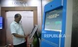 Pengunjung mencari informasi mengenai sistem pelayanan perizinan berusaha teringrasi secara elaktronik (Online Single Submission/OSS) usai peluncuranya di Kantor Kemenko Perekonomian, Jakarta, Senin (9/7).