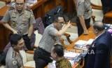 Kapolri Jenderal Pol Tito Karnavian berbincang dengan anggota komisi III usai mengikuti rapat kerja dengan Komisi III DPR di Kompleks Parlemen Senayan, Jakarta, Rabu (14/3).