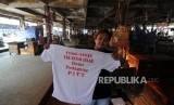 Aksi Mogok Dagang. Pedagang memperlihatkan baju aksi mogok dagang di Pasar Induk Tanah Tinggi, Tangerang, Selasa (14/11).