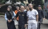 Ambulans Pembawa Batu 22 Mei. Sejumlah tersangka pelaku kerusuhan di Gedung Bawaslu (22/5) malam diamankan Polisi saat rilis barang bukti di Polda Metro Jaya, jakarta Pusat, Kamis (23/5).