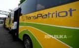 Petugas turun dari angkutan umum TransPatriot   jurusan  Terminal Bekasi - Harapan Indah di Terminal Bekasi, Jawa Barat, Senin (26/11).