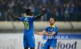 Selebrasi Striker Persib Bandung Ezechiel Ndouasel dan Rena Mihelic setelah mencetak gol pada pertandingan Shopee Liga 1 antara Persib Bandung melawan Madura United di Stadion si Jalak Harupat Soreang, Kabupaten Bandung, Ahad (23/6).
