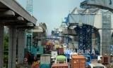 Sejumlah kendaraan melintas di dekat proyek pembangunan jalan tol layang Jakarta-Cikampek dan LRT di Bekasi, Jawa Barat, Selasa (23/4).