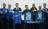 Legenda Inter Milan Javier Zanetti (ketiga Kiri) dan Presiden Inter Milan Erick Thohir (keempat kiri) memperlihatkan jersey Akademi Persib dan Inter Academy pada acara peluncuran Akademi Persib yang merupakan partnership program bersama Inter Academy di Stadion Siliwangi, Kota Bandung, Selasa (13/2).