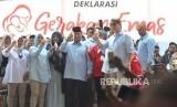 Calon Presiden no urut 2 Prabowo Subianto (tengah) bersama adiknya, Hashim Djojohadikusumo (kanan), dan Ketua Gerakan Emas Nur Asia Uno (kiri) minum susu bersama ibu-ibu hamil  dalam Deklarasi Gerakan Emas (Gerakan Emak dan Anak Minum Susu).