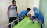 Perawat memeriksa kondisi pasien DBD (ilustrasi)