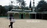 Marbot masjid membawa kotak amal di Masjid Uswatun Hasanah, Nagreg, Kabupaten Bandung, Jawa Barat, Senin (29/4).