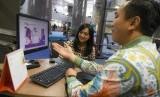 Petugas melayani nasabah yang ingin membeli Surat Utang Negara (SUN) ritel Savings Bond Ritel (SBR) seri SBR008 di Kantor BNI Pusat, Jakarta, Kamis (5/9/2019).