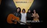 Grup band Shima melakukan sesi foto  saat mengunjungi redaksi Republika di Jakarta, Kamis (13/12).