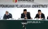 Putusan Gugatan Parpol Peserta Pemilu. Ketua Badan Pengawas Pemilu (Bawaslu) Abhan (tengah) bersama Anggota Bawaslu membacakan putusan dugaan pelanggaran administrasi yang dilaporkan sepuluh partai politik (parpol) terhadap proses pendaftaran parpol peserta Pemilu 2019, Jakarta, Rabu (15/11).