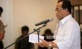 Menteri Perhubungan Budi Karya Sumadi memberikan sambutan saat peluncuran Operasi Green Line dan Pemberlakuan Paket Kebijakan Penanganan Kemacetan di Tol Jakarta Cikampek di Bekasi, Jawa Barat, Senin (12/3).