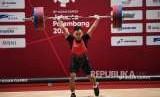 Lifter Indonesia  Eko Yuli  Irawan  berusaha melakukan angkatan saat bertanding di cabang angkat besi putra nomor 62 Kg Asian Games 2018 di Hall A Kemayoran, Jakarta, Selasa (21/8).