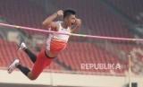 Atlet Loncat Galah Indonesia Fauzan Richsan Idan melakukan lompatan pada final lompat galah ajang 18th Asian Games Invitation Tournament di Stadion Utama Gelora Bung Karno, Senayan, Selasa (13/2).