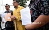 Surat Terbuka ke Joko Widodo. Ketua Gerakan Muda Partai Golkar (GMPG) Ahmad Doli Kurnia (tengah) menunjukan surat yang akan diserahkan ekapda Presiden Joko Widodo di Komplek Istana Negara, Jakarta, Kamis (9/11).