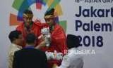 Ketua Umum Pengurus Besar Ikatan Pencak Silat Seluruh Indonesia Prabowo Subianto memberikan medali kepada Pesilat Indonesia Ayu Sidan Wilantari dan Ni Made Dwiyanti usai memenangkan pertandingan cabang olahraga silat Asian Games 2018 kategori ganda putri di Padepokan Pencak Silat TMII, Jakarta, Rabu (29/8).