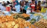Pedagang mempersiapkan makanan untuk berbuka puasa di Pasar Takjil Benhil, Jakarta, Jumat (18/5).