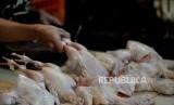 Harga ayam potong yang dijual para pedagang di pasar tradisional di Kota Kupang naik. Ilustrasi.