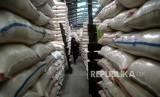 Stok Beras Nasional. Pekerja memindahkan beras di Pasar Induk Beras Cipinang, Jakarta, Rabu (13/12).