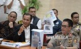 Ketua Tim Gabungan Pencari Fakta (TGPF) Kasus Novel Baswedan, Nurcholis bersama Kadiv Humas Polri Irjen Pol M. Iqbal memberikan keterangan pers tentang hasil investigasi TGPF kasus penyiraman air keras terhadap Novel Baswedan di Mabes Polri, Jakarta,Rabu (17/7).
