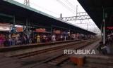 Suasana Stasiun Manggarai, Jakarta, Sabtu (15/12).