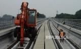 Pekerja menyelesaikan pembangunan stasiun LRT Taman Mini di Jakarta, Senin, (14/1).