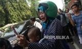 Sejumlah masyarakat menunggu dan mengabadikan iring-iringian mobil yang membawa jenazah almarhum Presiden ke-3 BJ Habibie di Kawasan Patra Kuningan, Jakarta, Kamis (12/9).