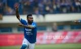Selebrasi striker Persib Patrich Wanggai setelah mencetak gol pertama pada pertadingan Gojek Liga1 2018 di Stadion Gelora Bandung Lautan Api (GBLA) di Bandung, Sabtu (4/7).