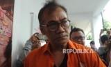 Tersangka kasus narkoba yang juga aktor senior Tio Pakusadewo  dihadirkan saat rilis kasus narkoba, di Polda Metro Jaya, Jakarta, Jumat (22/12).
